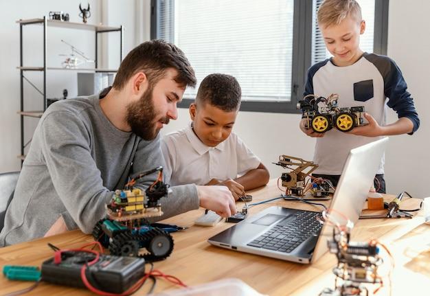 ロボットを作る父と息子