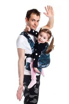 軍事パターンの人間工学に基づいたベビーキャリアの父と幼児の子供。