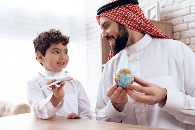 아랍 아버지는 아들에게 항공기 비행에 대해 이야기합니다.