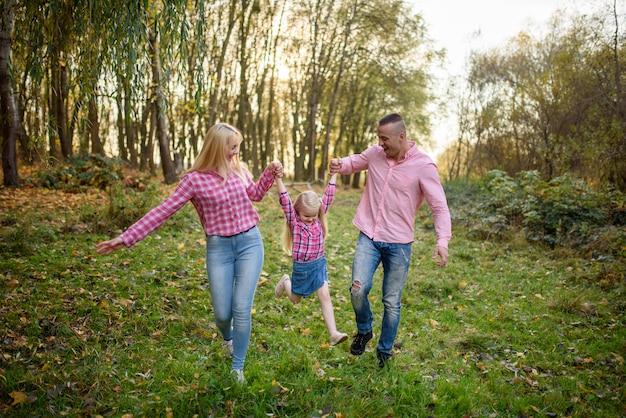 아버지, 딸과 어머니 야외 산책입니다. 행복한 가족.