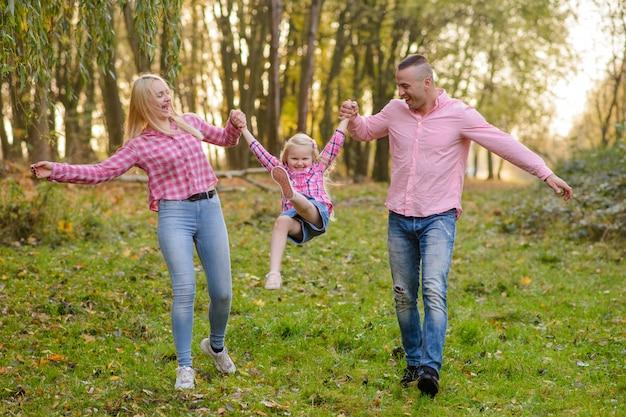 Отец, дочь и мать, прогулки на свежем воздухе. счастливая семья.