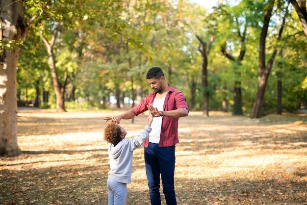 Padre e figlia che godono del tempo insieme nel parco cittadino