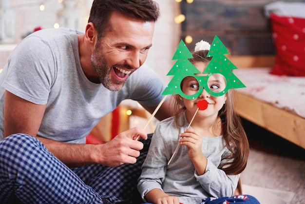 Padre e figlia che hanno divertimento nel periodo natalizio