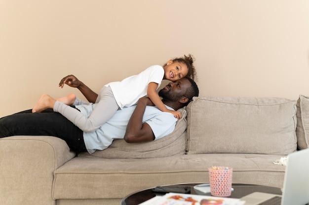 Padre e figlia si divertono