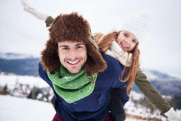 Padre e figlia si divertono fuori
