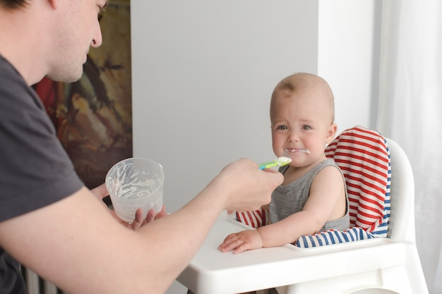 Отец кормит грудного ребенка