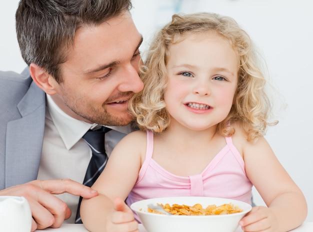 父親は娘と朝食を取る