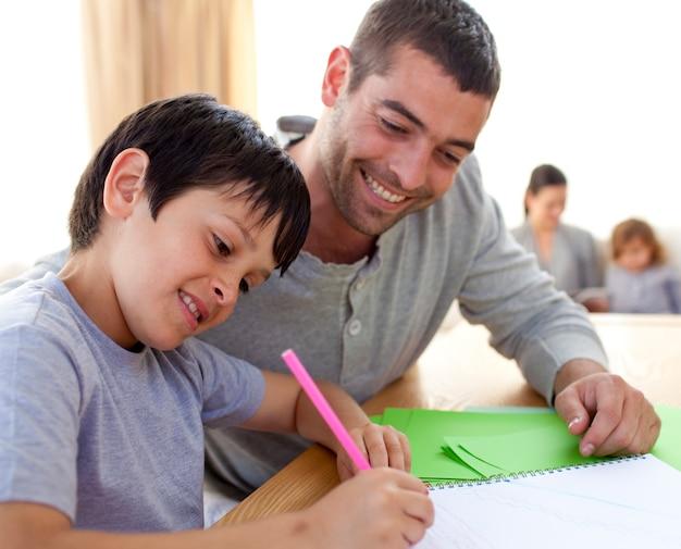 彼の息子が宿題をするのを助ける父