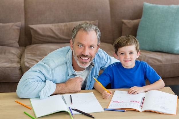 Отец помогает сыну с домашним заданием в гостиной
