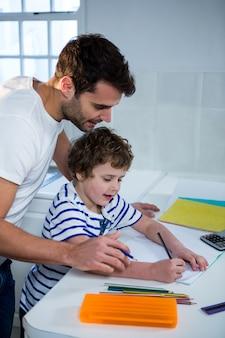 父親が息子の宿題を手伝う