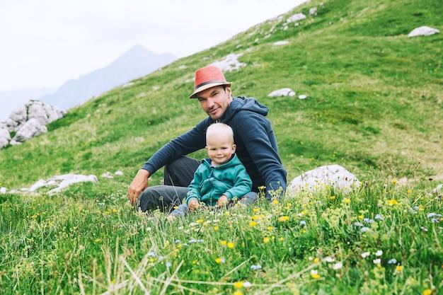 山でのトレッキングの日に子供家族と一緒にハイキングする父