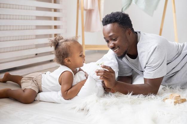 Padre e la sua bambina trascorrono del tempo insieme