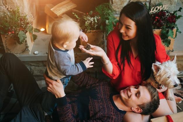 彼の妻はそれらを見ながら父が赤ちゃんを保持します