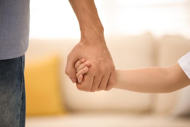 그의 아이 실내, 근접 촬영과 손을 잡고 아버지. 행복한 가족
