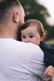 Отец держит свою маленькую девочку