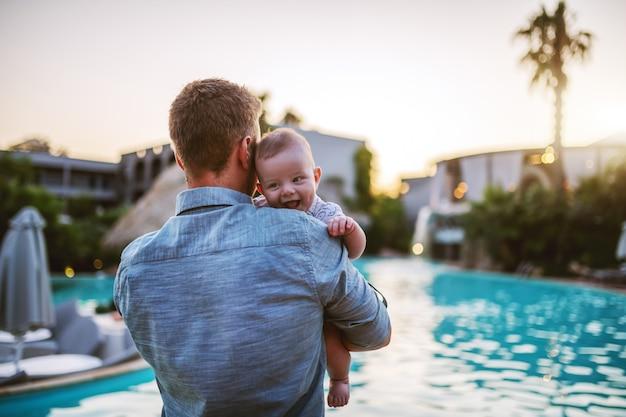 父親は息子を抱いています。