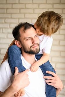 Отец держит ребенка на плечах