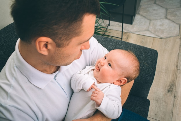 Отец держит ребенка на руках