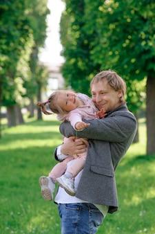 Отец крепко обнимает свою маленькую дочь