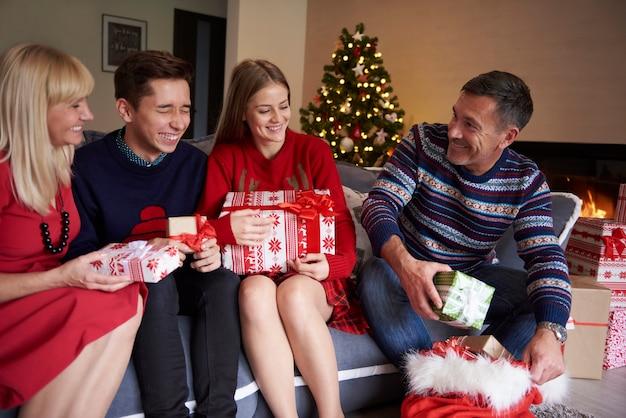아버지는 자루에서 선물을 구하고 있습니다.