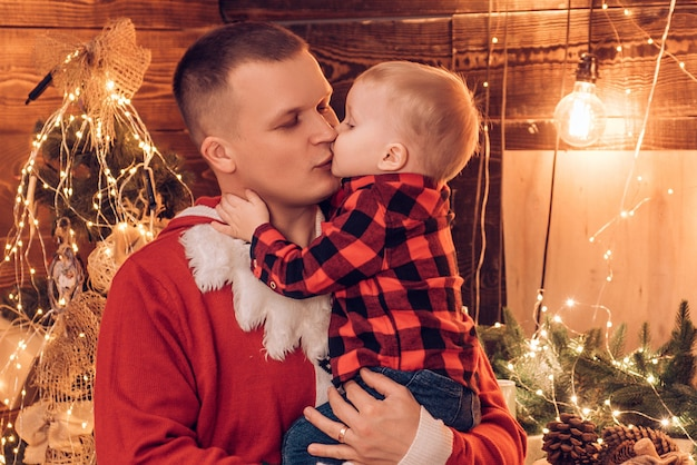 아버지 키스 아들. 겨울 휴가 개념. 마법의 분위기 가족 휴가. 아버지의 기쁨. 즐겨