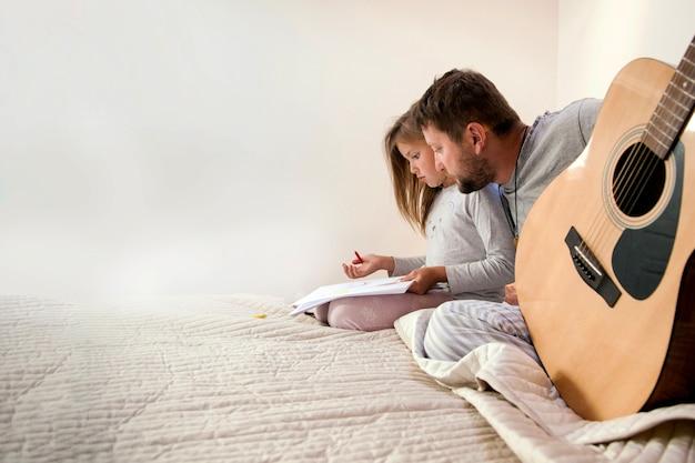 Отец смотрит на документы своей дочери
