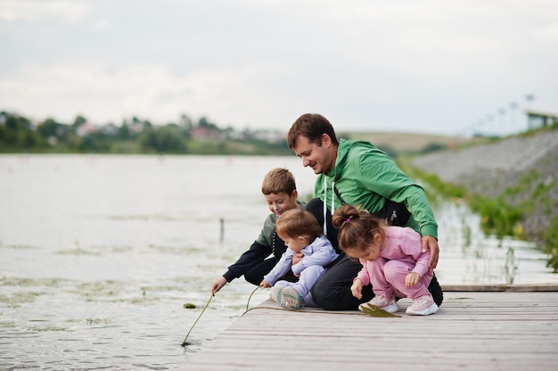 아버지 사랑. 부두에 야외 네 아이와 아빠입니다. 스포츠 대가족은 야외에서 자유 시간을 보냅니다.