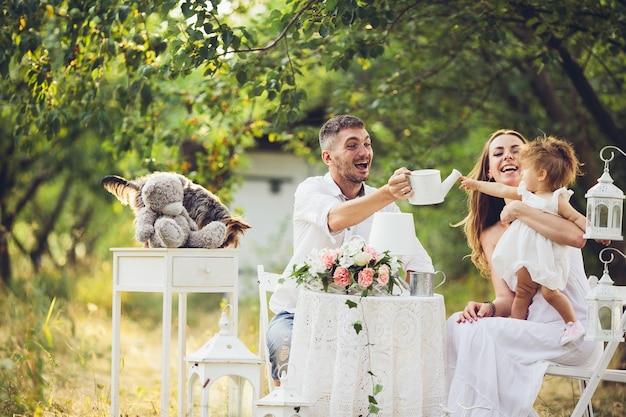 아버지, 어머니와 딸이 함께 정원에서 피크닉