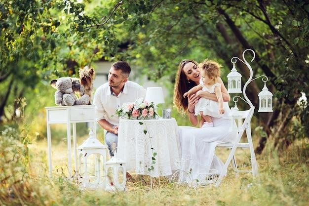아버지, 어머니와 딸이 함께 정원에서 피크닉 무료 사진