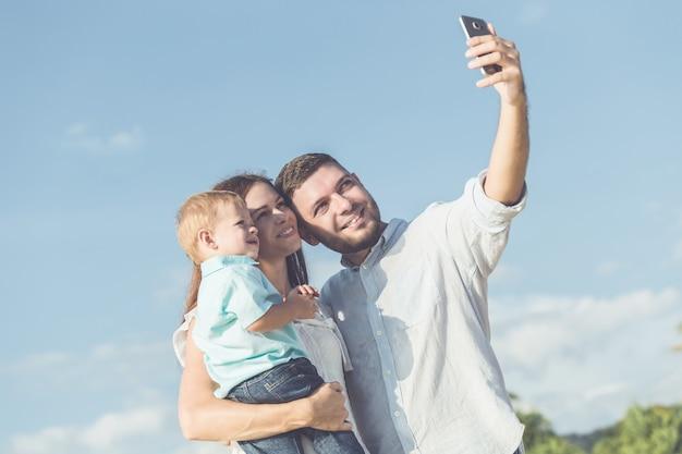 Отец, мать и малыш с расслабляющей деятельностью, прогулки и игры на тропическом пляже