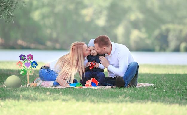 ピクニックで父、母、幼い息子