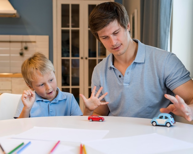 Отец играет со своим очаровательным сыном