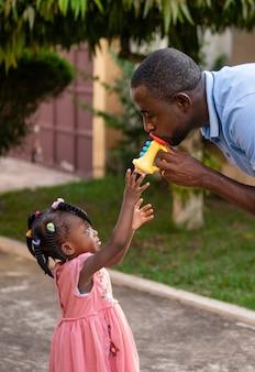 Отец играет со своей девочкой