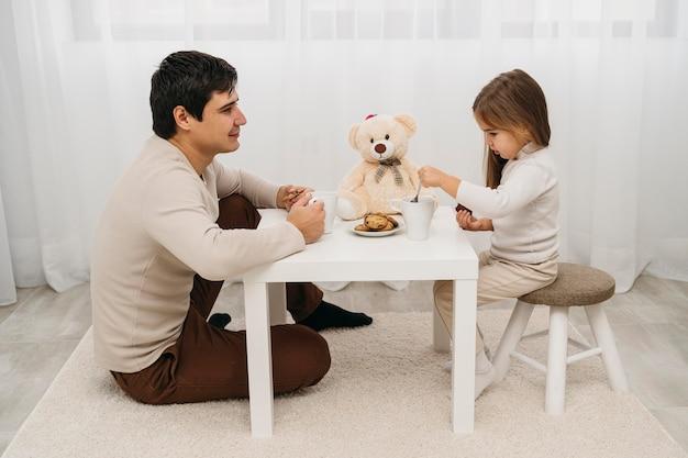 Отец играет с дочерью дома