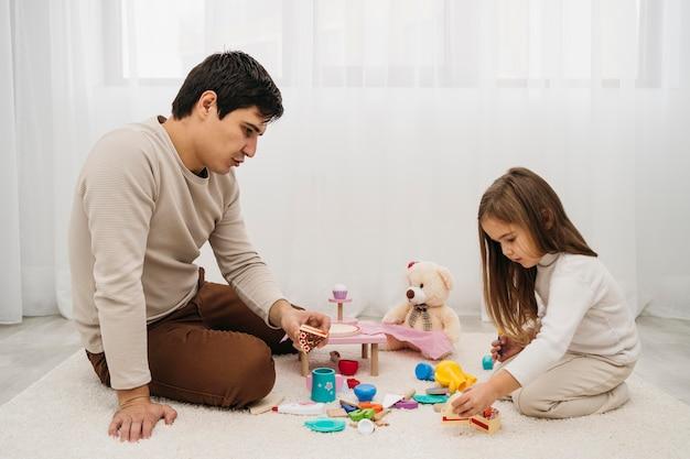 娘と遊ぶ父