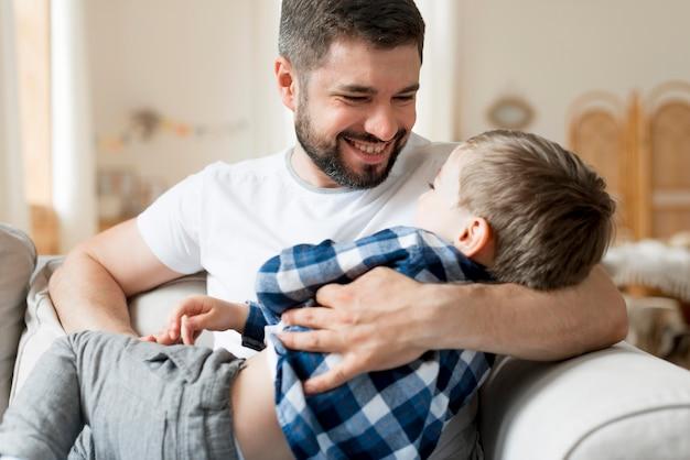 Отец играет со своим сыном и быть счастливым