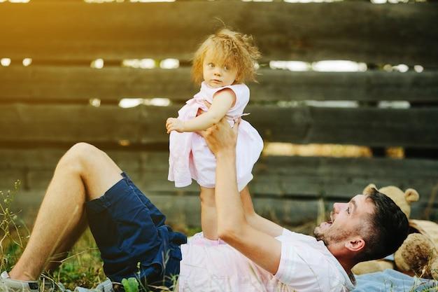 Отец, играя с его маленькой дочери