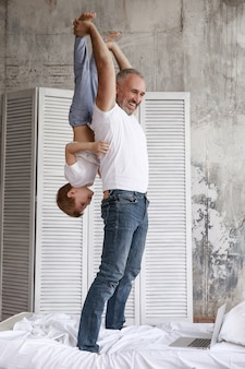 아버지는 집에서 아들과 함께 재생합니다.
