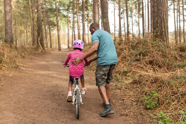父は子供に自転車に乗る準備をしている