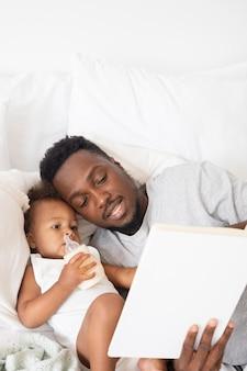 Отец читает свою девочку