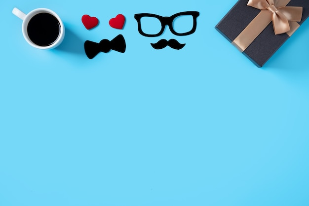 Концепция дизайна фона день отца. вид сверху идей макета украшения цветной бумаги с подарочной коробкой на синем фоне стола с копией пространства.