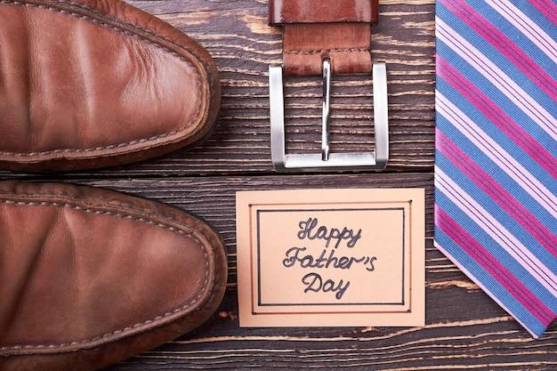 父の日カードとベルト。木の上のネクタイと靴。新しい紳士服を買う。