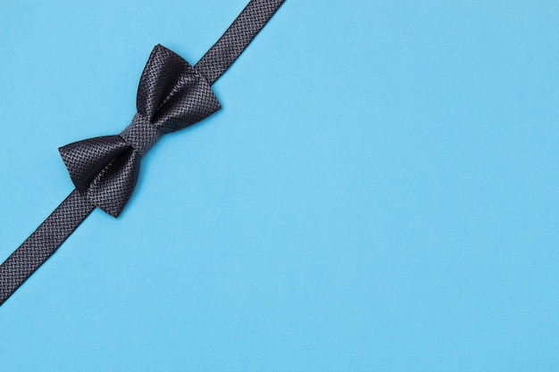 青の背景に父の日カードの背景。ネクタイ、蝶ネクタイ、口ひげの構成。父の日