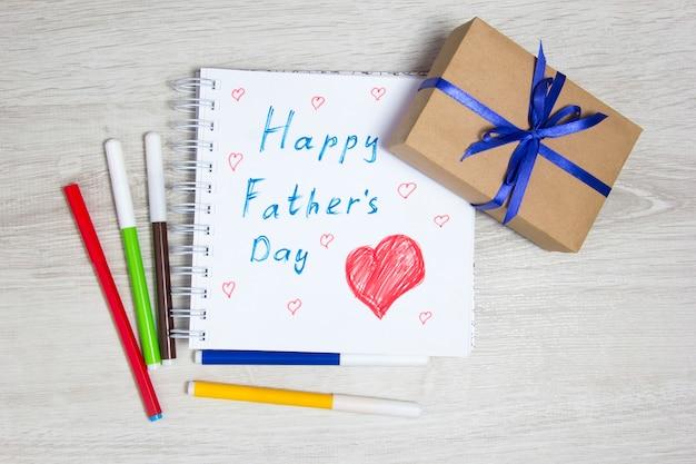 아버지의 날. 어린이 그림과 선물. 선물 상자, 그림 및 컬러 마커.