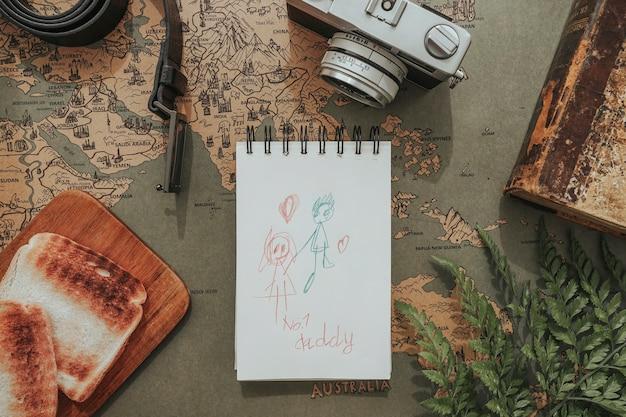 Композиция дня отца с фотоаппаратом, рисунком и тостами
