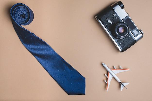 Composizione giorno del padre con la cravatta, aereo e macchina fotografica