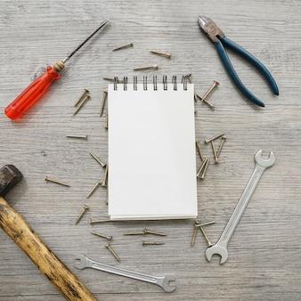 Композиция дня отца с блокнотом и инструментами