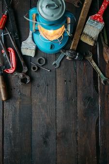 빈 공간을 가진 어두운 갈색 나무 배경에 설정 빈티지 도구와 아버지의 날 개념