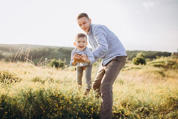 День отца. папа и сын, играя вместе на открытом воздухе на лето.