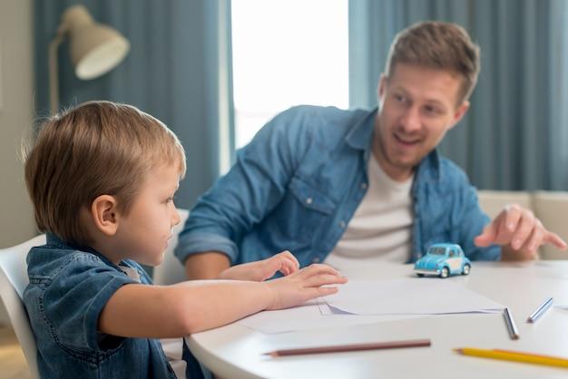 父の日お父さんと息子のテーブルに座って